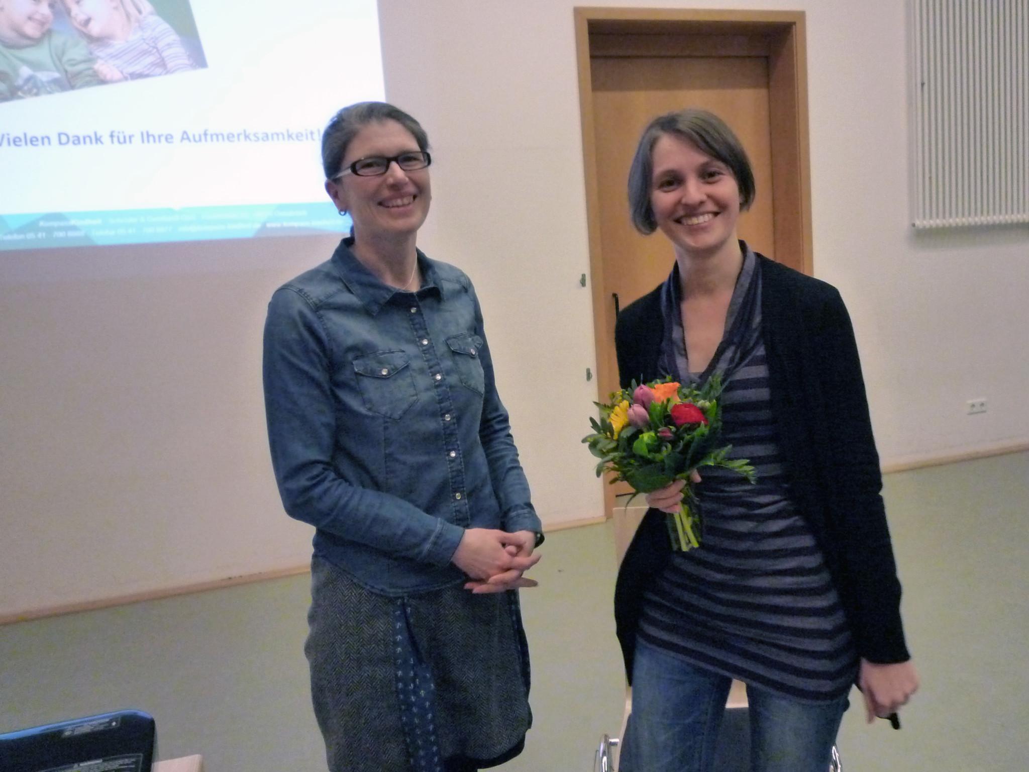 Die Vorsitzende des Fördervereins, Frau Karen Prigge (links), bedankt sich bei der Referentin, Frau Dr. Ariane Gernhardt.